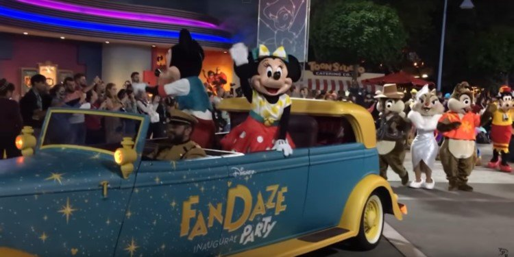 Video of FanDaze Character Parade, Paris Disney!